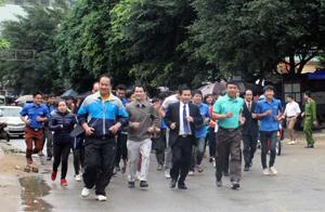 Các đồng chí lãnh đạo Sở VH,TT&DL, lãnh đạo Huyện uỷ, UBND huyện Mai Chau và hơn 200 đoàn viên thanh niên chạy đồng hành 1 km