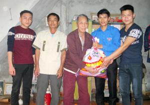 Số gạo quyên góp được trong lễ ra quân Tháng thanh niên  năm 2016 đã được BCH Đoàn xã Địch Giáo (Tân Lạc)  trao cho gia đình ông Bùi Văn ươn ở xóm Chạo.
