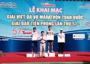 VĐV Đinh Thanh Huệ(Hòa Bình) trên bục nhận huy chương vàng việt dã toàn quốc.