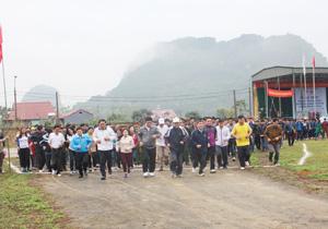 Các đồng chí lãnh đạo ngành VH-TT&DL huyện Cao Phong cùng đoàn viên thanh niên các khối hưởng ứng tham gia chạy đồng hành 1 km.