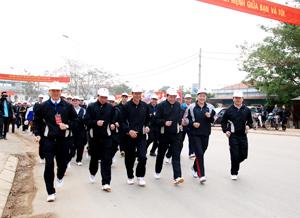Các đồng chí lãnh đạo ngành VH-TT&DL,  huyện Lạc Sơn cùng gần 500 đoàn viên, thanh niên các khối tham gia chạy hưởng ứng Ngạy chạy Olimpic vì sức khỏe toàn dân.