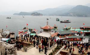 Đền Bờ- điểm du lịch thu hút đông đảo khách du lịch dịp đầu năm.