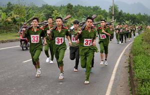 Các VĐV nam thi đấu chạy vũ trang cự ly 4km.