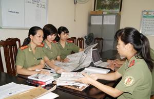 Trung tá Phạm Thị Thu Thủy (ngoài cùng bên trái) trao đổi công việc với cán bộ trong đơn vị.