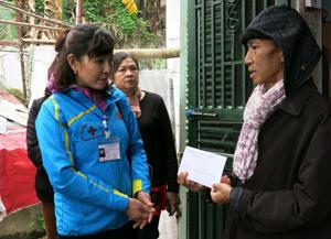 Đội tình nguyện viên CTĐ thành phố Hòa Bình tặng quà cho ông Nguyễn Xuân Trường gặp hoàn cảnh éo le.