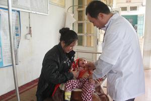 Do chật chội, giường bệnh được kê ngoài hành lang của Trạm y tế xã Yên Quang (Kỳ Sơn).