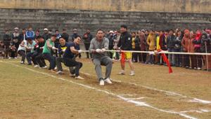 Đội kéo co nam của xã Dũng Phong tham gia thi đấu tại giải bắn nỏ - kéo co – đẩy gậy huyện Cao Phong năm 2016