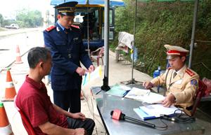 Lực lượng chức năng tuyên truyền các quy định xử phạt đối với hành vi chở hàng vượt quá tải trọng cho phép của cầu, đường bộ tại trạm kiểm tra tải trọng xe QL 6khu vực xã Phong Phú, Tân Lạc.