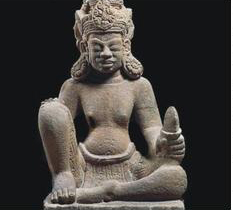 Tượng thần Bodhisattva ngồi, đang lưu giữ tại Bảo tàng Điêu khắc Chăm Đà Nẵng.