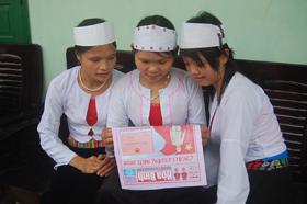 Báo Đảng tỉnh đến với nhân dân xã Vùng Cao Ngọc Sơn (Lạc Sơn).