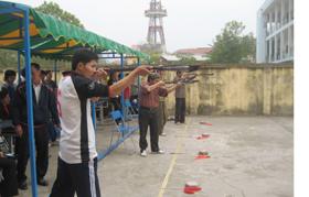 Các VĐV thi đấu nội dung nam đứng bắn môn Bắn nỏ.
