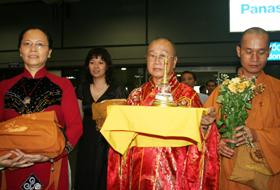 Hòa thượng Thích Tánh Nhiếc và các thành viên đoàn đón rước ngọc xá lợi về sân bay Nội Bài đêm 4/4.