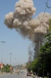 Cột Khói bốc cao sau vụ đánh bom ở Pê-Sa-OA