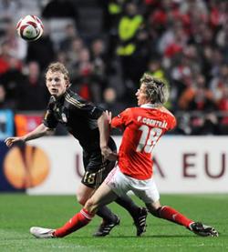 Dirk Kuyt (trái, Liverpool) cố vượt qua tiền vệ Coentrao của Benfica ở trận lượt đi.