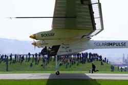 Chiếc Solar Impulse được đưa ra trường bay.