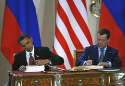 Tổng thống Mỹ Obama (Người bên trái) và Tổng thống Nga Medvedev ký START mới