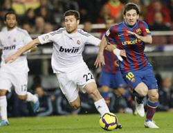 Messi (10, Barca) mở tốc độ cố vượt qua Alonso (Real) trong trận lượt đi.