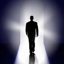Bước đi trong một đường hầm và nhìn thấy một thực thể ánh sáng hay một luồng ánh sáng cực mạnh - Đây là 1 trong những hiện tượng mà con người có thể gặp phải khi sắp từ giã cõi trần.