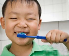 Khi trẻ được 2 tuổi phải được chải bằng kem chải răng có fluor