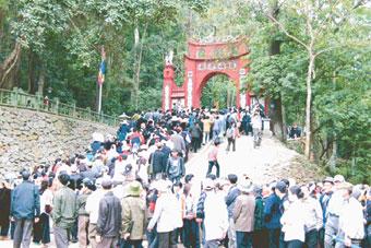 Giỗ tổ Hùng Vương - Lễ hội Đền Hùng hàng năm thu hút hàng triệu du khách và người hành hương trẩy hội.