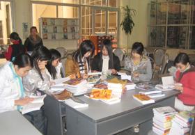 Sinh viên trường Cao đẳng sư phạm Hòa Bình tra cứu thông tin tại thư viện.