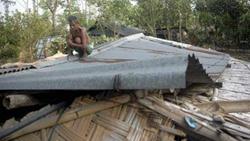 Người dân ở một làng nhỏ gần Karadighi, tỉnh Dinajpur, phía tây bang Bengal Ấn Độ sửa lại ngôi nhà bị hư hại của mình do bão