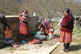 Người dân xã Pà Cò (Mai Châu) được sử dụng nguồn nước sạch do Nhà nước đầu tư.