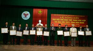 Đồng chí Nguyễn Hữu Duyệt, Phó Bí thư Thường trực Tỉnh ủy trao Bằng khen của UBND tỉnh có các tập thể có thành tích xuất sắc.