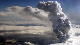Bụi tro núi lửa làm tê liệt các sân bay châu Âu. Các chuyến bay từ Bắc Mỹ, châu Á - Thái Bình Dương đến châu Âu đều bị hoãn, hủy