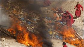Lễ hỏa thiêu tập thể 700 nạn nhân của trận động đất.