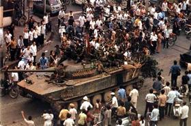 Xe quân Giải phóng tiến vào Sài Gòn.