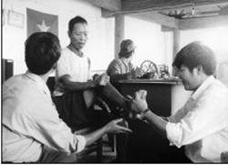 Bác sĩ tuyến trên khám, phát thuốc cho người bệnh phong tàn tật ở làng Ngol, Huyện Đác Đoa, Tỉnh Gia Lai