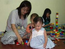 Chơi cùng con và luôn để mắt đến con là biện pháp hữu hiệu nhất trong phòng ngừa tai nạn ở trẻ nhỏ