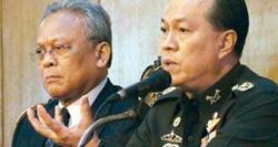 Phó Thủ tướng Suthep Thaugsuban và Tướng Anupong Paochinda (phải).