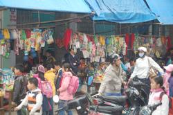 Hàng quán bán tại cổng trường tiểu học Lý Tự Trọng trong giờ vào lớp luôn cuốn hút các em học sinh