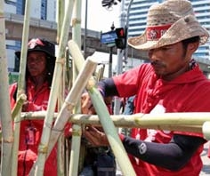 Phe áo đỏ dựng rào chắn tại khu vực biểu tình Ratchaprasong.