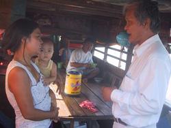 Phó Giám đốc Sở y tế TPHCM Lê Trường Giang (bìa phải) khảo sát  tình hình dịch bệnh tại xóm ghe, quận 7 - TPHCM, nơi vừa có hai cha con mắc tả