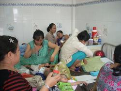 Cảnh chật chội tại Khoa Nhiễm Bệnh viện Nhi Đồng Cần Thơ ngày 22-4