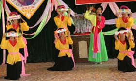 Huyện Tân Lạc duy trì thường xuyên nhiều hội diễn văn hóa nghệ thuật cho học sinh, sinh viên nhằm phát triển phong trào VH-VN-TT trong nhà trường.