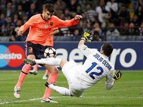 Trung vệ Pique từng phá lưới J. Cesar trong trận Barca thắng Inter 2-0 tại vòng đấu bảng mùa này.