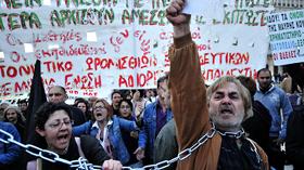Người Hi Lạp biểu tình ở Athens chống chính sách thắt lưng buộc bụng của chính phủ .