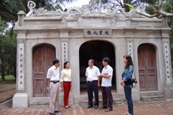 Cán bộ, phóng viên Báo Hòa Bình và Báo Hà Tĩnh thăm di tích đại thi hào Nguyễn Du và dòng họ Tiên Điền