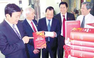 Thường trực Ban Bí thư Trương Tấn Sang, Bí thư Thành ủy TPHCM Lê Thanh Hải và các đại biểu tham quan khu trưng bày giới thiệu bộ sách.
