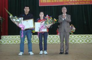 Lãnh đạo Huyện ủy Cao Phong tặng giấy khen cho các VĐV xuất sắc tại Đại hội TDTT toàn quốc lần thứ IV.