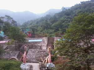 Cổng vào khu thác với tượng rồng hai bên.
