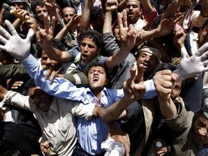 Những người biểu tình chống chính phủ hô vang khẩu hiệu yêu cầu Tổng thống Yemen từ chức.