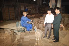 Cán bộ LĐLĐ huyện Kỳ Sơn thăm và kiểm tra môi trường làm việc của đoàn viên công đoàn Công ty CP Hương Sơn.