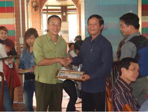 Ban tổ chức trao giải cho các câu thủ suất sắc.