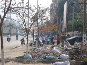 Phế thải xây dựng đổ bừa bãi trên vỉa hè trên đường Trần Hưng Đạo khu vực gần cổng BHXH thành phố. Ảnh chụp lúc 8h40 ngày 1/4