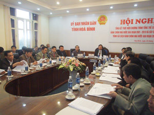 Đồng chí Bùi Văn Tỉnh, UVTƯ Đảng, Chủ tịch UBND tỉnh và các đồng chí Phó Chủ tịch UBND tỉnh cùng đại diện các Sở, ban, ngành tham dự hội nghị trực tuyến.